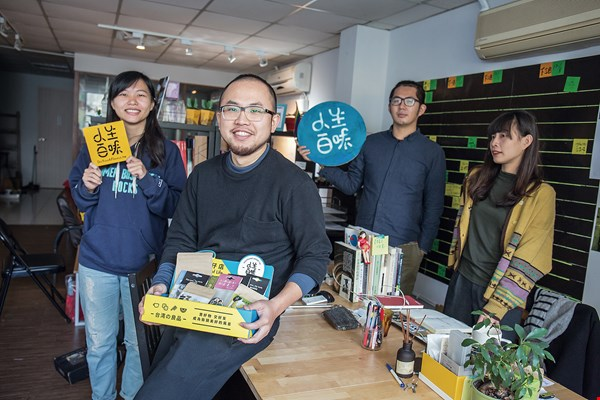 Ader Wu (second from left), Chu Kuan-chen (right), and Zhang Shuhuai (not pictured) founded Do You a Flavor, a social enterprise aiding street people. (photo by Lin Min-hsuan)