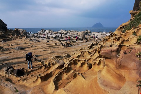 The magnificent beauty of otherworldly rock formations, resulting from years of erosion along Keelung's coastline, has created some of northern Taiwan's most treasured sights. The photo shows Heping Island. (photo by Jimmy Lin)