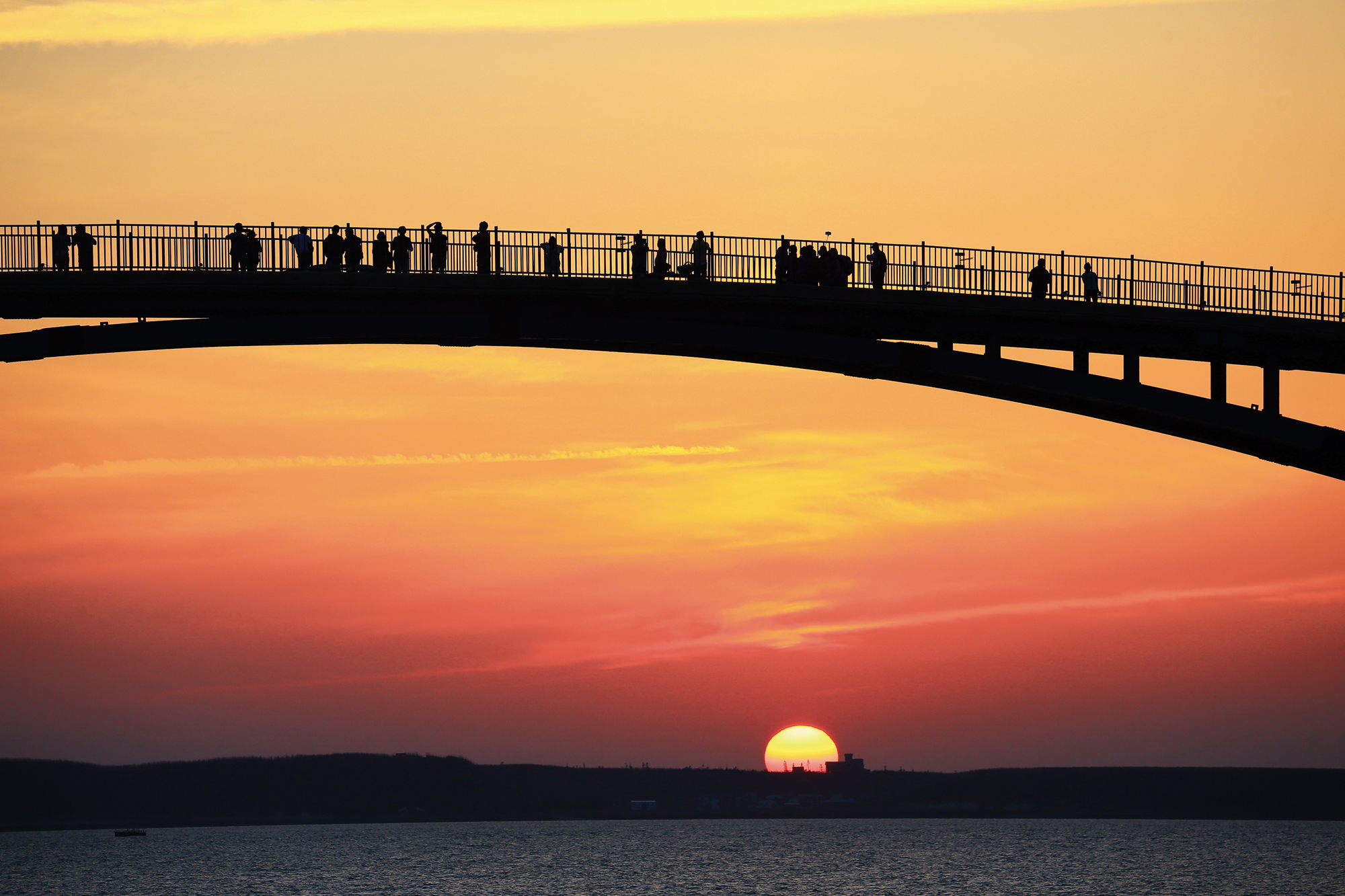 Visitors gather on Guanyin Bridge to admire the sunset.