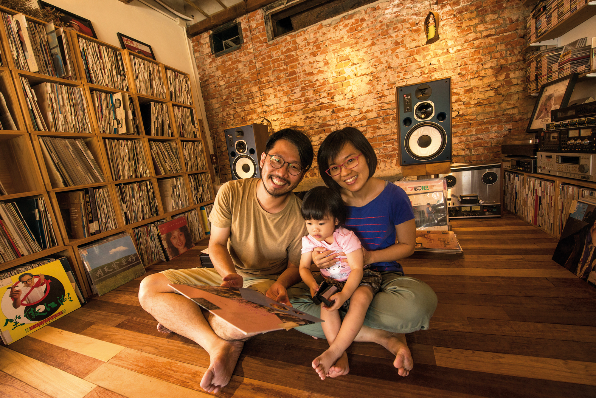 Domongo Chung left his old job to head back to his hometown with his wife and daughter and lead a cozy life surrounded by vinyl records.