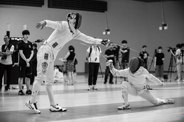 The quick forward and backward footwork, attacking and defending with sword in hand in a battle of wits with her opponent, and scoring points in the blink of an eye… these are the reasons why ­Cheng finds fencing so fascinating. (photo by Chuang Kung-ju)