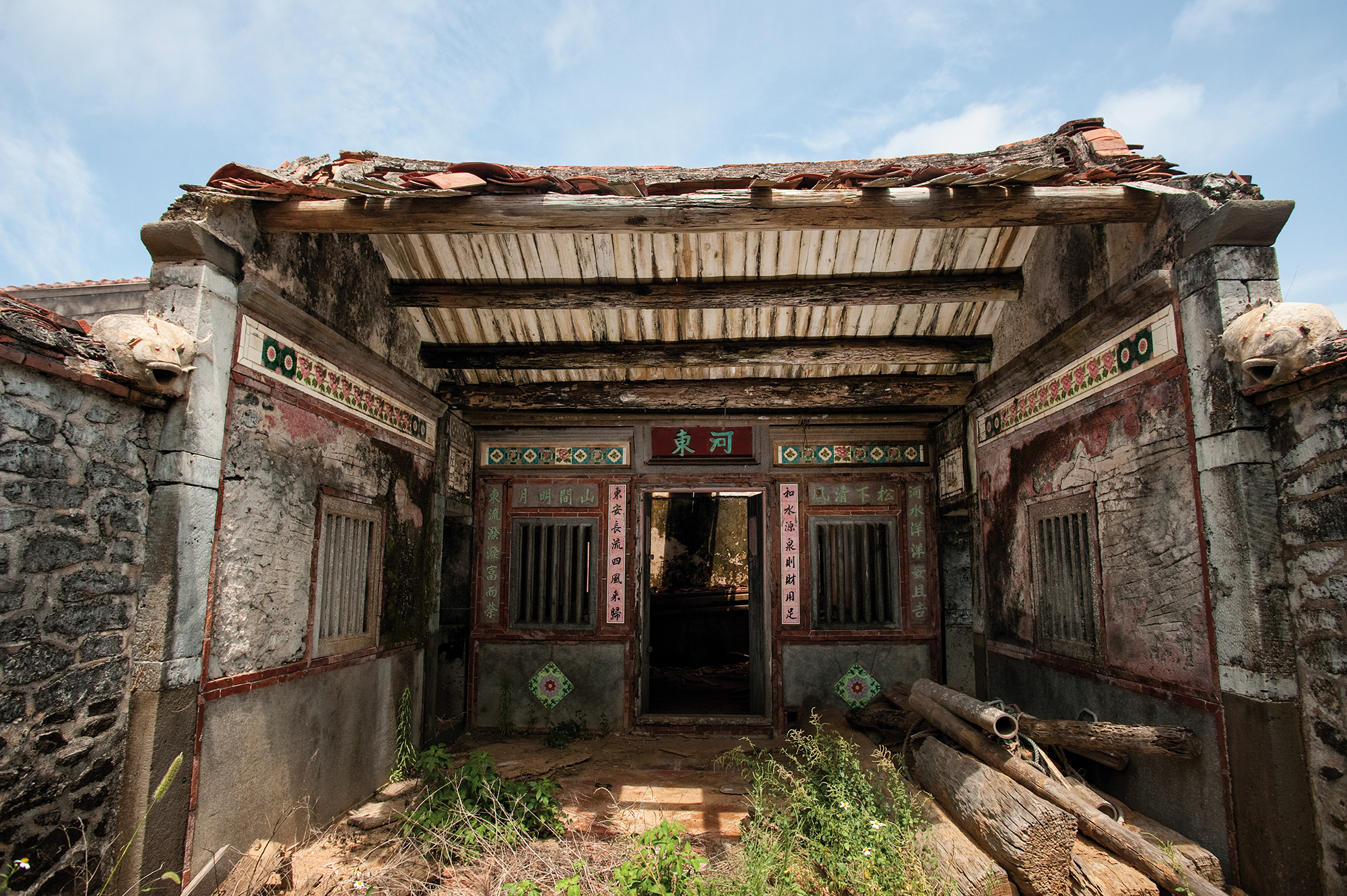 Abandoned residences on Wang'an Island hint at the prosperity of a bygone era. (photo by Chuang Kung-ju)