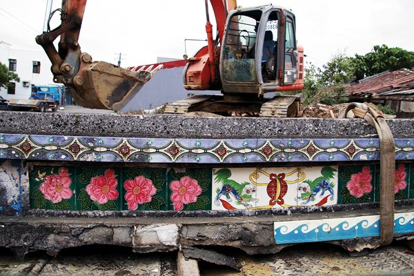 Rescuing roof-ridge decorative tiles from the grasp of a backhoe.  (courtesy of the Museum of Ancient Taiwan Tiles)