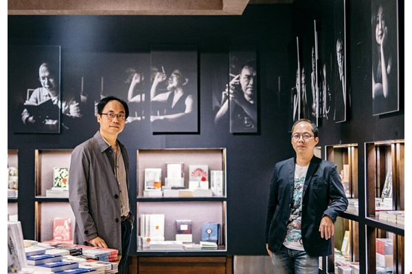 Huang Chong-kai (right) says that the themes assigned by Yang Kai-lin (left) open the door for writers to explore hitherto unfamiliar matters. They can experiment with abandoning the customary, and accept the challenge of writing in a fresh idiom. (photo by Lin Min-hsuan)
