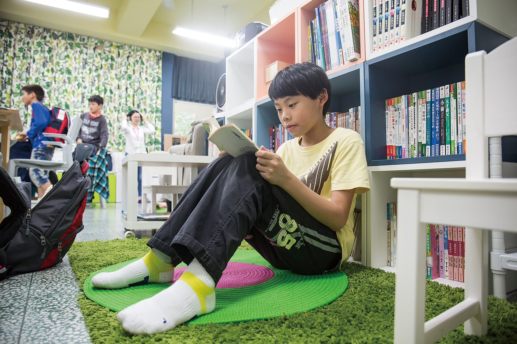 In the thoughtfully laid out classroom, children can find a corner to their own liking and read at leisure. (photo by Lin Min-hsuan)