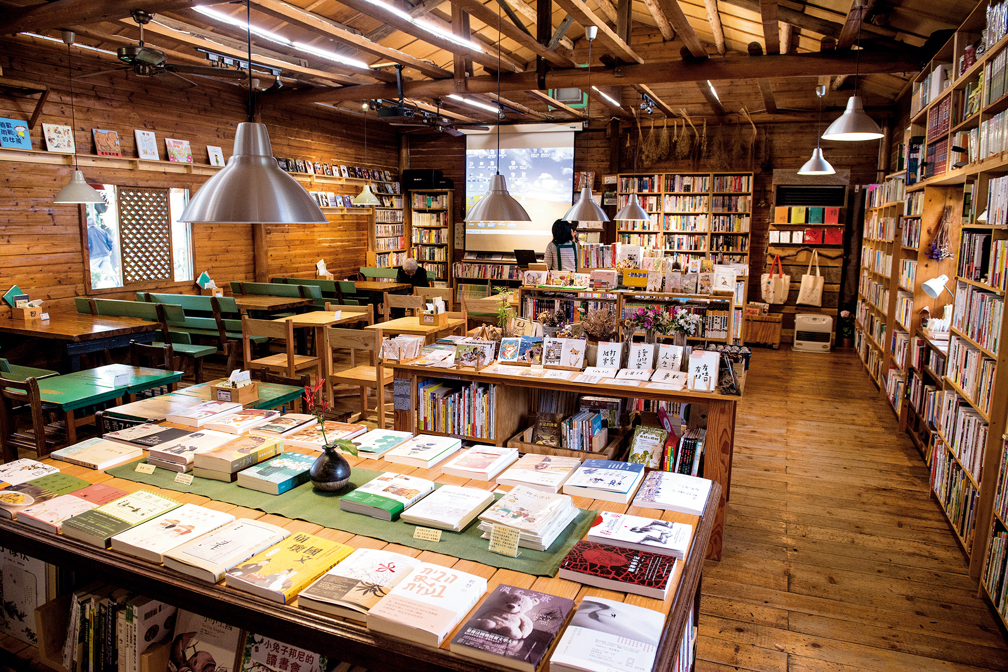 Lifestyle Bookstore, located in Taoyuan's Pingzhen District, is both a bookstore and a place for locals to mingle, as they used to in neighborhood groceries. (photo by Chuang Kung-ju)
