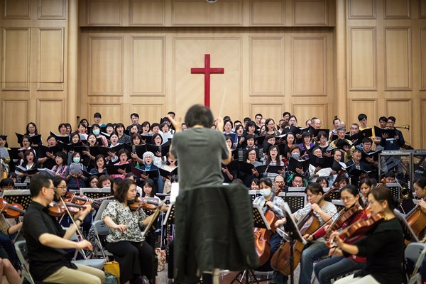 For nearly 30 years Chin has served as conductor and musical director of the Yinqi Symphony Orchestra and Chorus, investing money, time, and energy with neither complaint nor regret.