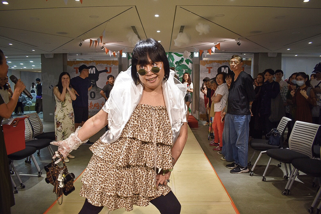 Students at Shih Chien University tailor-made fashionable, comfortable clothing for elderly people, enabling these seniors to proudly show themselves off on the runway. (courtesy of the Department of Fashion Design, Shih Chien University)