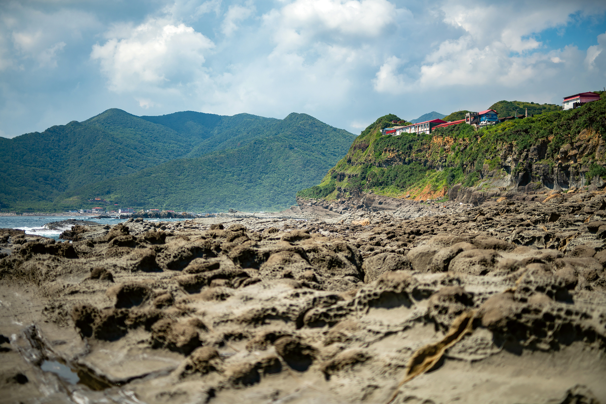Bitou Cape marks the boundary between the East China Sea and the Pacific Ocean. Bi­tou Elementary School sits midway up the mountainous landscape. It is Taiwan's northern­most elementary school that faces the Pacific. (photo by Lin Min-hsuan)