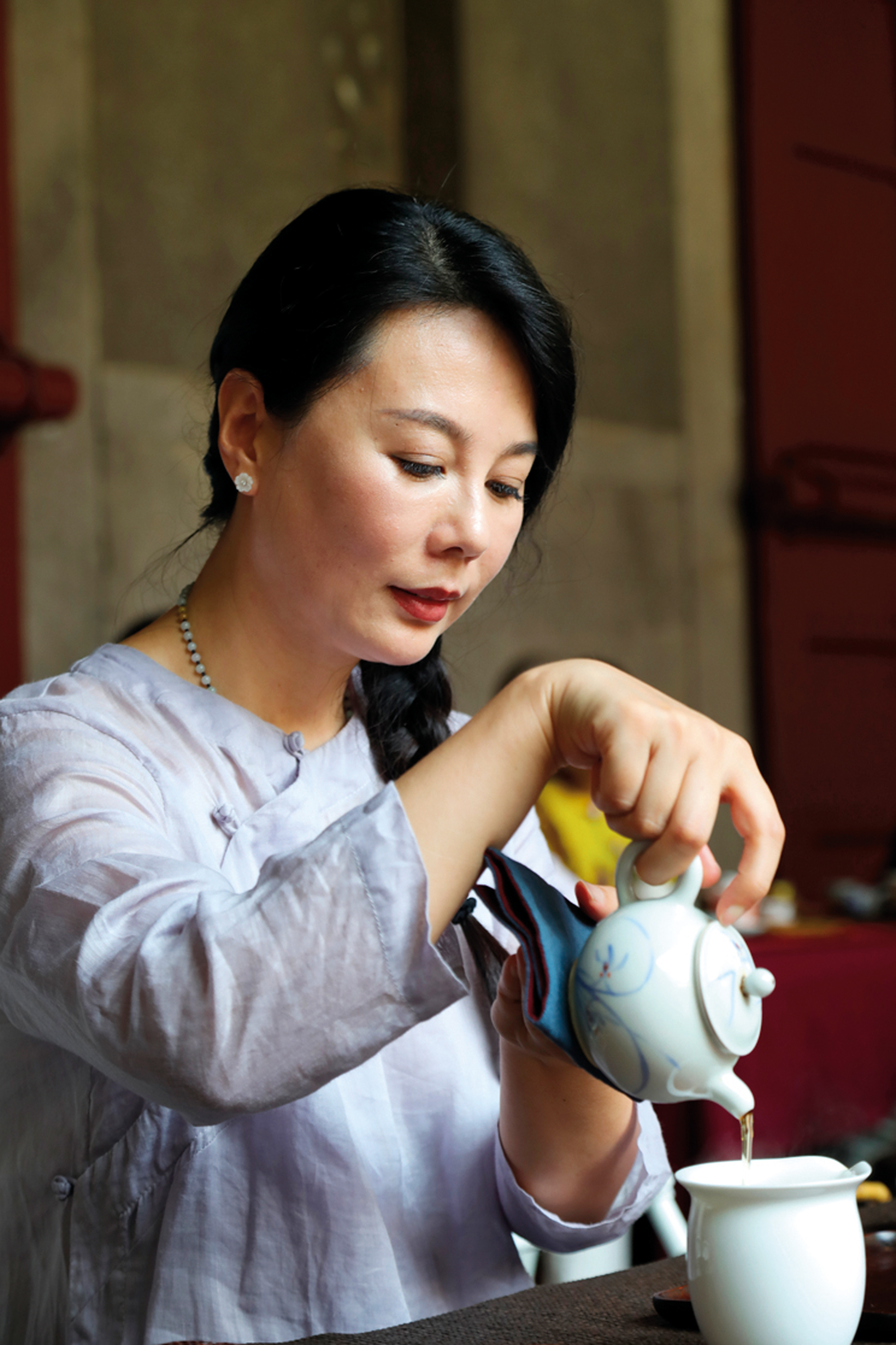 Kong Yiru, a 73rd-generation descendant of Confucius, conveys the Confucian virtues of benevolence, uprightness, propriety, knowledge and integrity through her handling of the tea ceremony.