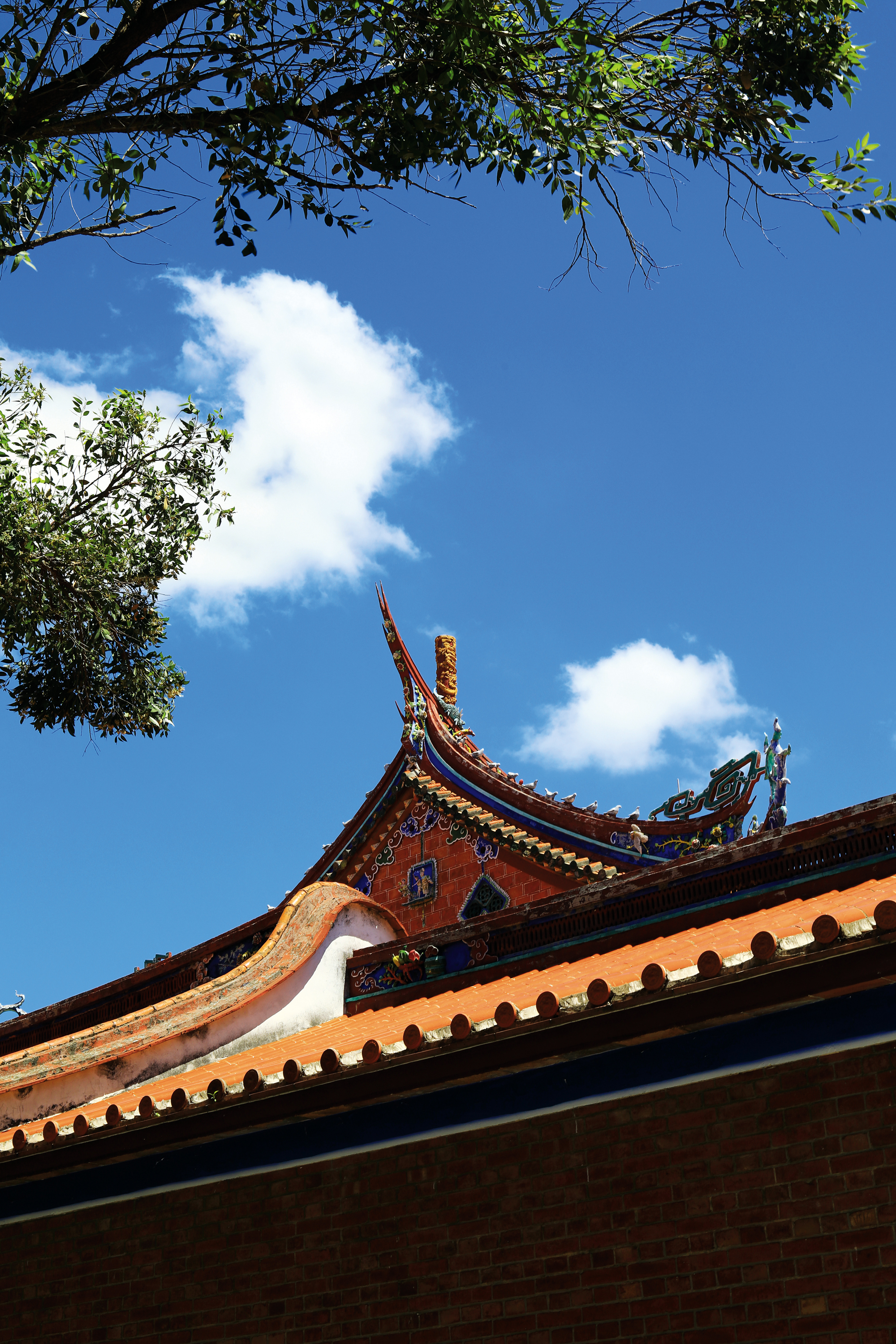 The Taipei Confucius Temple's exquisite traditional craftsmanship conveys a distinctly scholarly air.