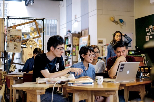 Tables in the shapes of the districts of downtown Taichung, which fit together like pieces of a jigsaw puzzle, infuse the space with local character while also making it easy for tenants to group up at will.