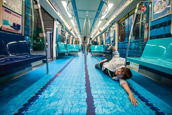 With the Summer Universiade drawing near,  a series of events has been organized to promote it,  including transforming the interior of Taipei Metro  carriages into imitation swimming pools for a little  midsummer refreshment. (photo by Chuang Kung-ju)