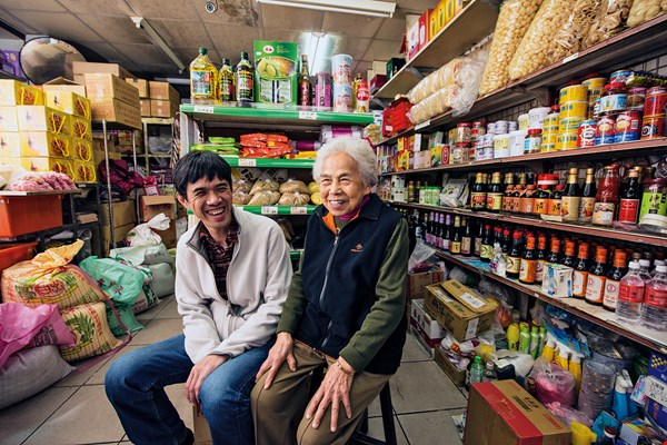 Hsu Ming-hung with Zhuang Baochun, his grandmother. She began to work in the family grocery store at the age of 18 and at 90 she is a living part of history. (photo by Chuang Kung-ju)