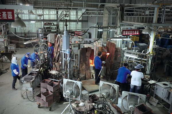 Spring Pool Glass's tourist factory maintains the setup of a glassworks from 50 years ago. The furnace burns 24 hours a day, and there is a group of highly skilled craftspeople who are still tirelessly innovating and passing down their knowledge.