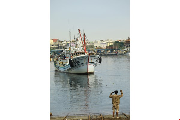 A fishing boat comes into port for repairs. This is an everyday scene in a fishing harbor.