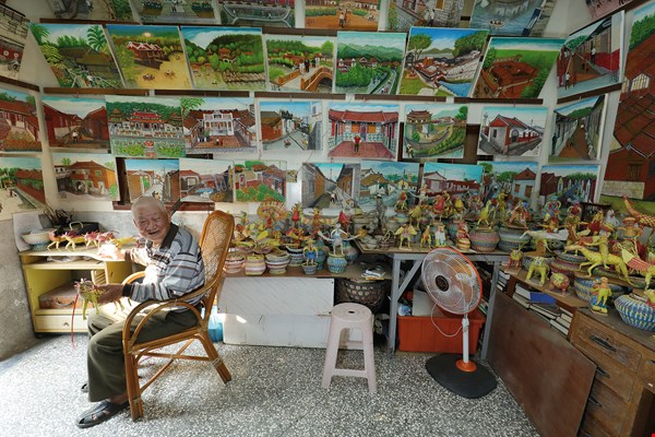Painter Yu Chen-yun is entirely self-taught. Since retiring from the sea he has been transforming his experiences as a fisherman into beautiful hometown art.