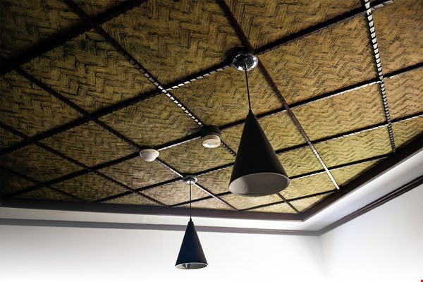 This ceiling in the Kuo Tzu-chiu Music Culture Hall was constructed by first making a layer of roller-crushed sugarcane stems, then applying a thick coating of lime, and finally handcrafting the herringbone pattern with a brush.