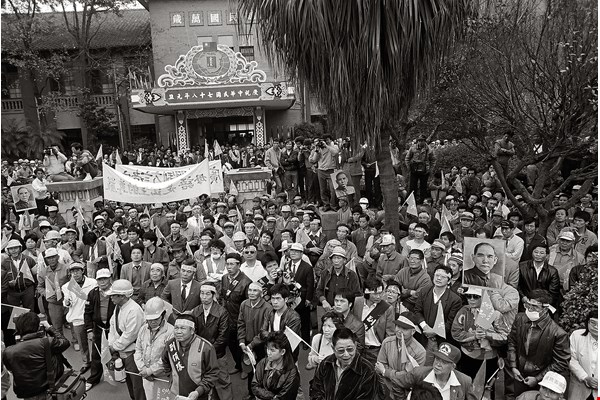 "The 1988 ""Return Our Mother Tongue"" march ended with a demonstration at the Legislative Yuan. (photo by Pan Hsiao-hsia)"