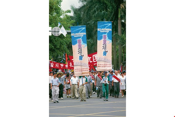"In 1999 the Taipei City Government held its fourth Taipei Hakka Cultural Festival. That year's march, called ""Go! Go! Hakka,"" brought attention to Hakka ethnic identity. (Taiwan Panorama file photo)"