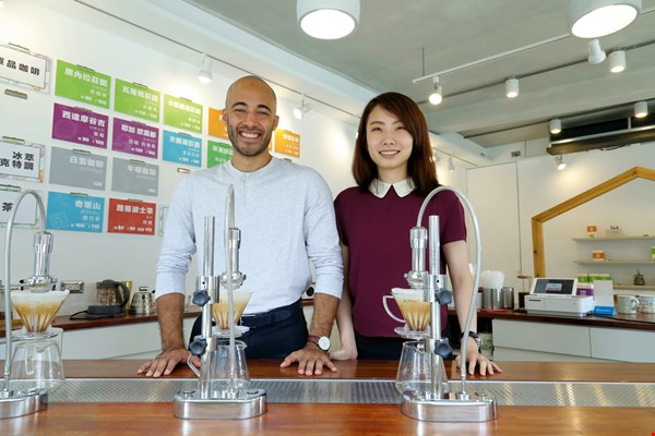 J.D. and Chen An-nung took the lead in Taiwan, promoting IMPCT Coffee and bringing in Taiwan's first Modbar pour-over coffee machine, brewing cups that bring out the characteristic flavors of their coffees and draw in curious customers.