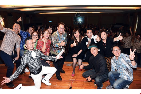 RTI employees celebrate 60 years of broadcasting in Indonesian. RTI chairperson Lu Ping (center right) and Indonesia's representative to Taiwan, Robert James Bintaryo (center left), gather with fans of the station.
