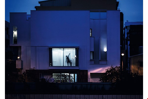 At dusk, silhouettes of dancers appear in the dance studio on the second floor of the Street Canvas II building, creating a dynamic image on an otherwise ordinary street corner. (courtesy of Coretronic Culture and Arts Foundation)