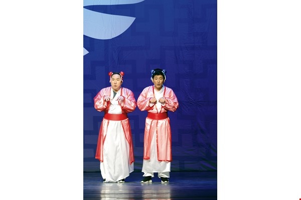 The show Thirty Years of Selected Works by Liu Zengkai was a retrospective on the 30-year career of Liu, who is director of the Wu Zhao Nan Xiang Sheng & Theater Association. During the show, Liu broke with his usual practice by performing dressed as a woman.