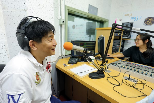 To boost the popularity of crosstalk, Liu regularly records programs for radio.