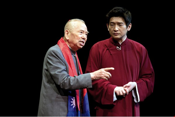 In 2011, Wu Zhaonan led his apprentice Liu Zengkai in a performance called 100 Years of History Through Crosstalk, hoping that this folk art can be passed along from generation to generation. (courtesy of Liu Zengkai)