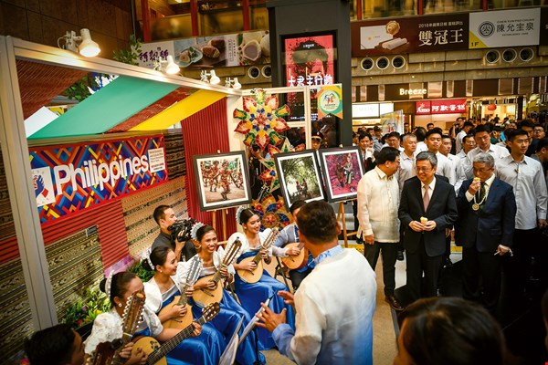 Vice President Chen Chien-jen, accompanied by Deputy Minister of Foreign Affairs Hsu Szu-chien and members of the foreign diplomatic corps in Taipei, visited the booths of participating countries. The photo shows a musical performance from the Philippines.