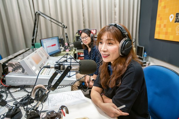 Through her radio program, Ngoc Thuy gives listeners a chance to get to know immigrants from many lands who are working hard to make their way in Taiwan.