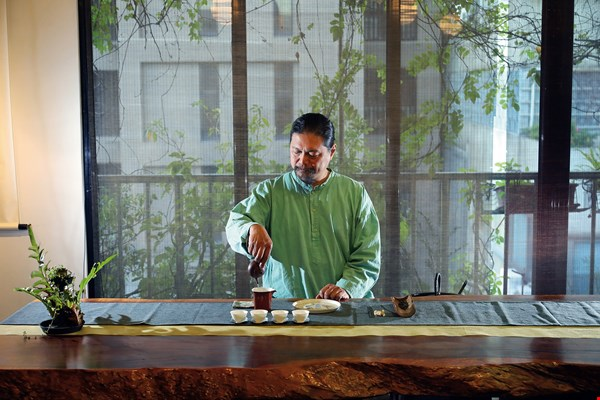 Taiwanese tea expert Tsai Yi-tze not only teaches the aesthetics of the tea ceremony, he has also made it his mission to train people in applying conservation practices to mountain tea plantations.