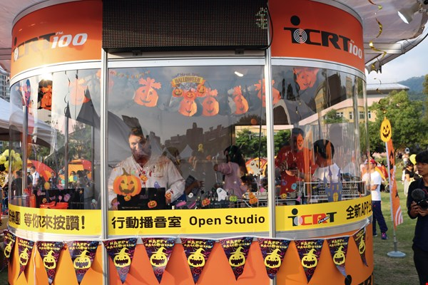 Having left the studio for the IRCT Halloween party in Tianmu, DJs keep listeners informed of the latest goings-on there.