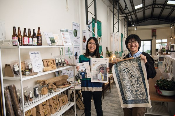 Liu Yuyu (left) and Lin Hsiu Peng (right), the original founders of the Say Hi Home workshop, were inspired by the wish for a transformation from passive acceptance to actively initiating change.