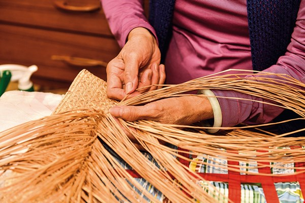 Rush weaving is a part of the collective memory in Yuanli, but today only a few women in their 60s or older are still versed in this craft. Action is urgently needed if their skills are to be preserved.