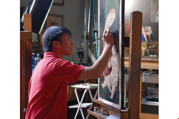 Leo Tsai at work in the studio of the internationally renowned oil painting conservator Stefano Scarpelli. To this day, Tsai remains the only Taiwanese ever to be an apprentice to master restorers. (courtesy of TSJ Art Restoration)