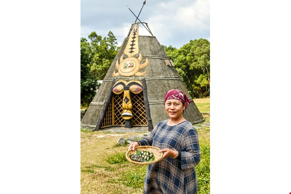 Kubav restaurant owner and head chef Liao Xiumei introduces us to cinavu, a Paiwan treat that is essential at major events like weddings and funerals or when greeting honored guests.