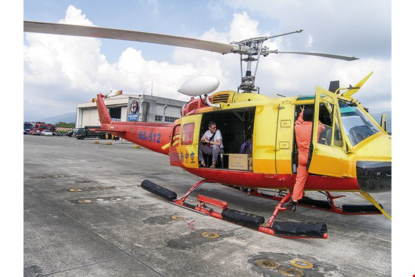 In the aftermath of Typhoon Morakot, Dr. Kenrick and a Taitung Christian Hospital medical team flew by helicopter to Daren Township, then inaccessible by ground, to provide medical relief. (courtesy of Taitung Christian Hospital)