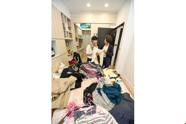 Lai Tinghe (left) takes down all the clothes and asks the client to sort them into categories. During the process of deciding what to keep and what to throw out, the client becomes increasingly clear about their own tastes.