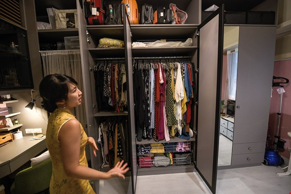 In this closet that Sasha Ho put together herself, upper garments, pantsuits, dresses, and bags are stored by category, creating an orderly and visually appealing look.