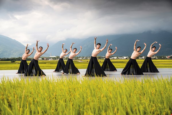 In 2018, Chishang celebrated its tenth Autumn Rice Harvest Arts Festival. As befits a town that loves Chinese calligraphy, it featured Cloud Gate Theater's Pine Smoke, a dance work that captures the spirit of the art. (photo by Liu Chen-hsiang, courtesy of Lovely Taiwan)