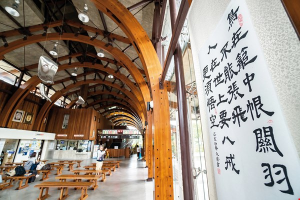 There is a rich culture of Chinese calligraphy in Chishang. Calligraphic works by local residents are displayed in at the railway station and on road signs.