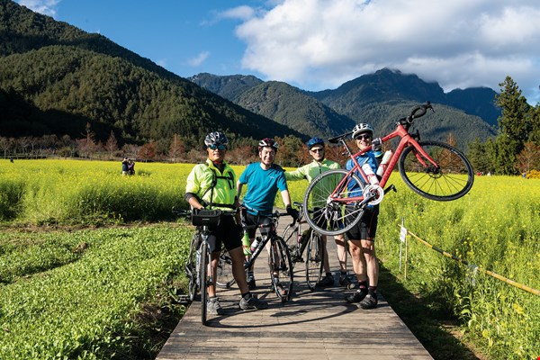 Edo Ganot and Ciprut Ethan from Israel and Atsushi Haruta from Japan (right to left) came to Taiwan to take a cycling tour. Their guide is Eddie Chen (first left), author of Taiwan: At Its Most Beautiful from a Bicycle.