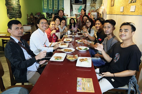 "At periodic ""satay nights,"" migrant workers and Taiwanese friends teach each other basic greetings, and their shared enjoyment of the delicious food brings them together."