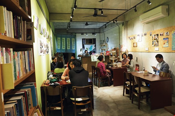 Through cuisine and books, the IBU Book Café aims to meet the needs of migrant workers and immigrants from Southeast Asia, and offers a space for interaction.
