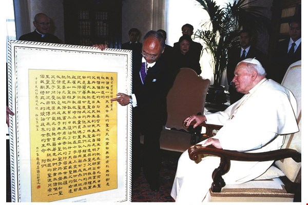When Tou Chou-seng took up his post as ROC ambassador to the Holy See in 2004, he presented a calligraphic work by Chu to Pope John-Paul II as a gift. It hangs in the Vatican to this day.