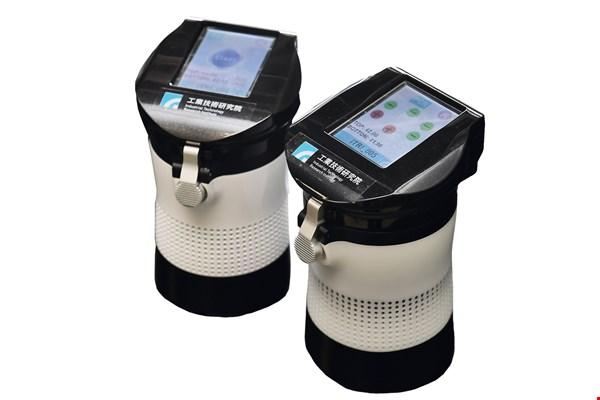 The Industrial Technology Research Institute's nucleic acid test kit is the smallest device of its kind in the world. Its soda-can dimensions and 600-gram weight make it easily portable for medical workers. (courtesy of ITRI)