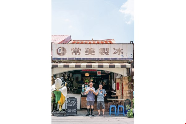 Second-generation owner Michel Kuo (left) and his son Renhao (right) have  lovingly preserved Charng Mei's vintage flavors. (photo by Lin Min-hsuan)