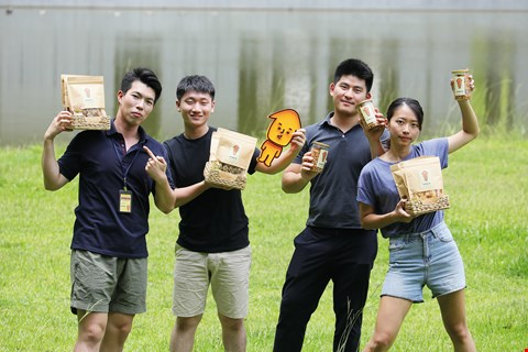 Under the direction of Kooidea's Andrew Huang, Weiwei Chou's team successfully kicked off the first sales campaign for the Yoyusunsun brand of dried squid. From left to right: Jacky Chen, Weiwei Chou, Derrick Liu, Annie Sung. (photo by Jimmy Lin)